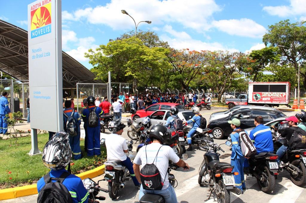 Trabalhadores protestam contra falta de condições de trabalho, nessa sexta-feira, dia 8