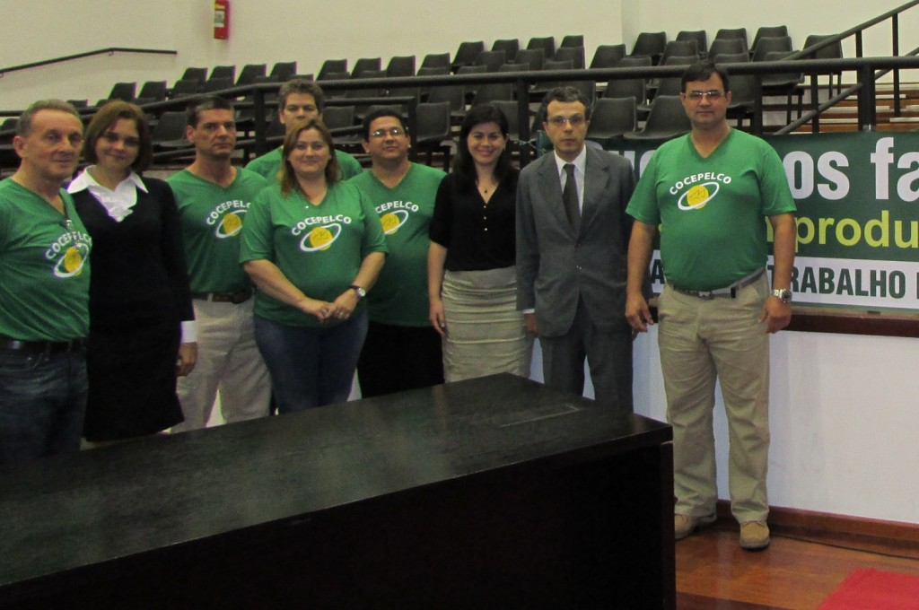 Cooperados junto ao desembargador do Trabalho da 2ª Região, Sérgio Pinto Martins, durante encontro na Câmara Municipal de Pinda (Crédito Odirley Pereira)
