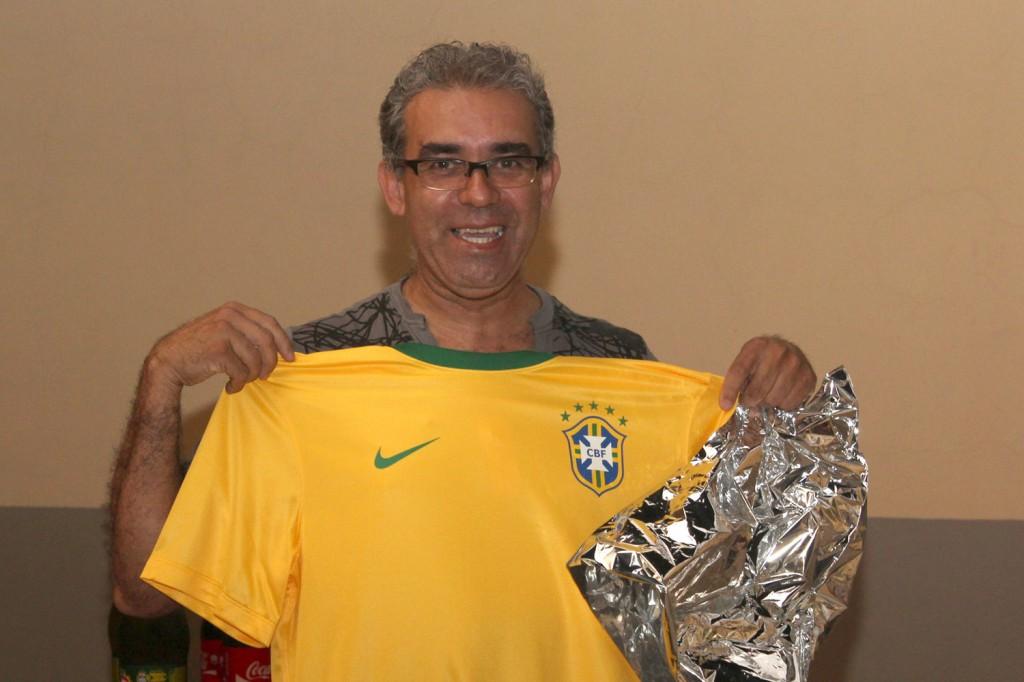 O professor, Carlos Alberto de Souza, mostra presente que recebeu em homenagem dos alunos
