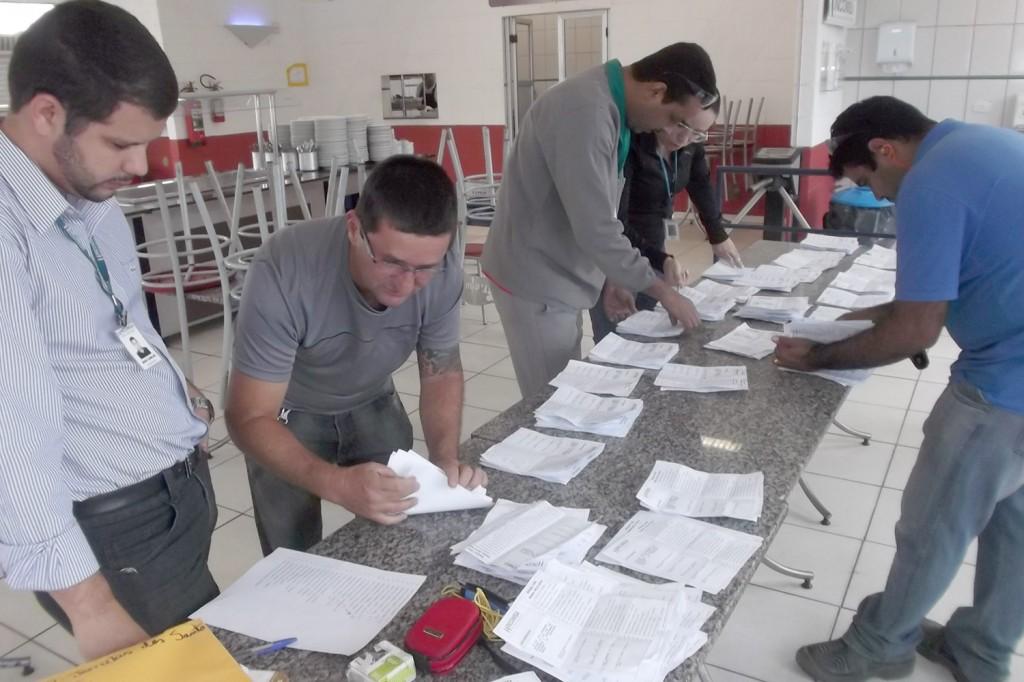 O dirigente André Dantis faz a contagem dos votos juntamente com a Comissão Eleitoral
