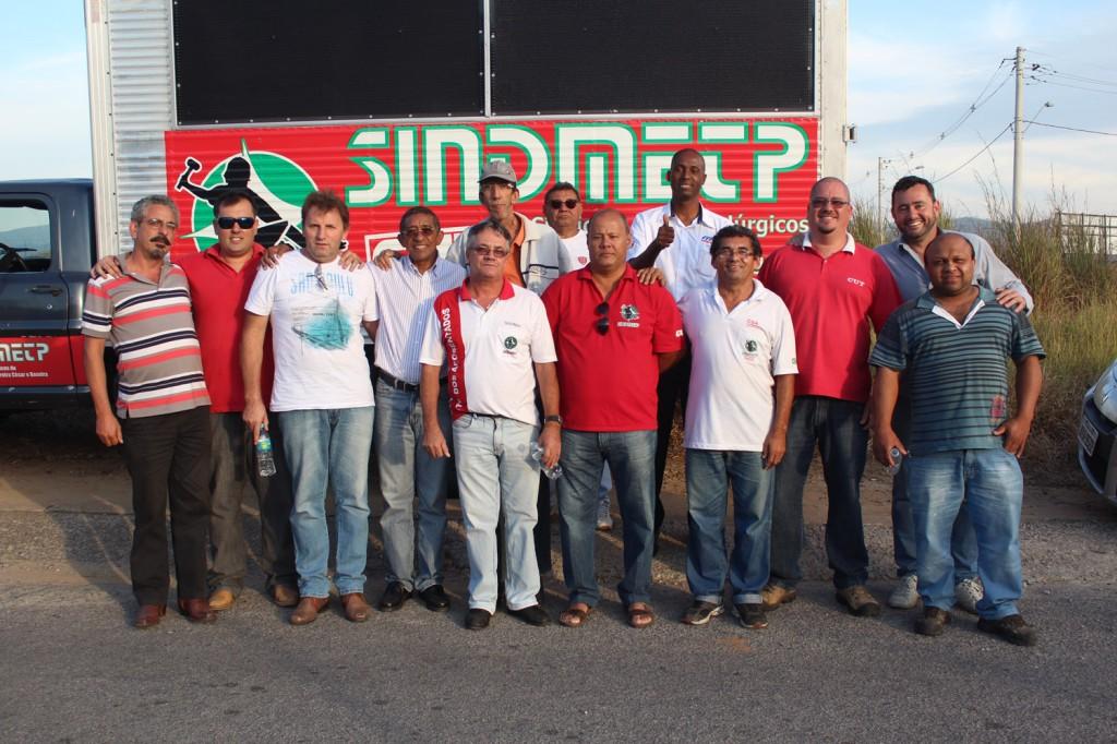 Direção do sindicato junto ao deputado Vicentinho do PT em frente à fábrica Confab Equipamentos