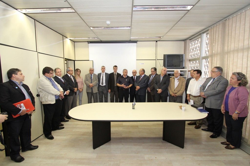 Biro-Biro, presidente da FEM-CUT/SP, conversa com bancadas patronais na FIESP (foto: Adonis Guerra)