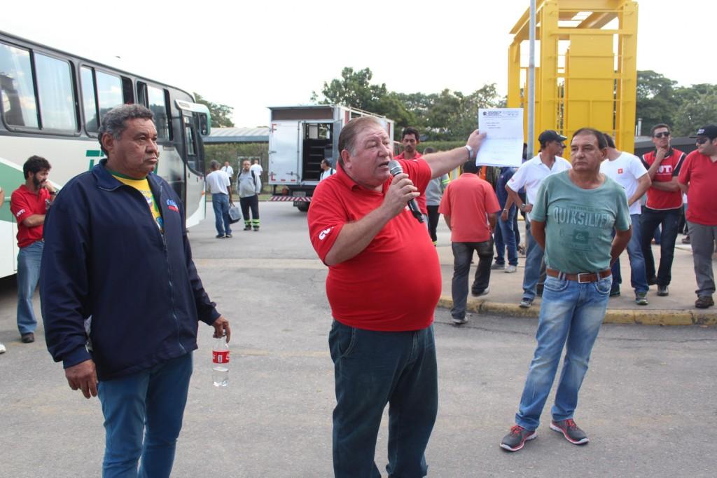 Presidente Mamão com comunicado de greve em mãos, entre os dirigentes Pentelho e Paulinho