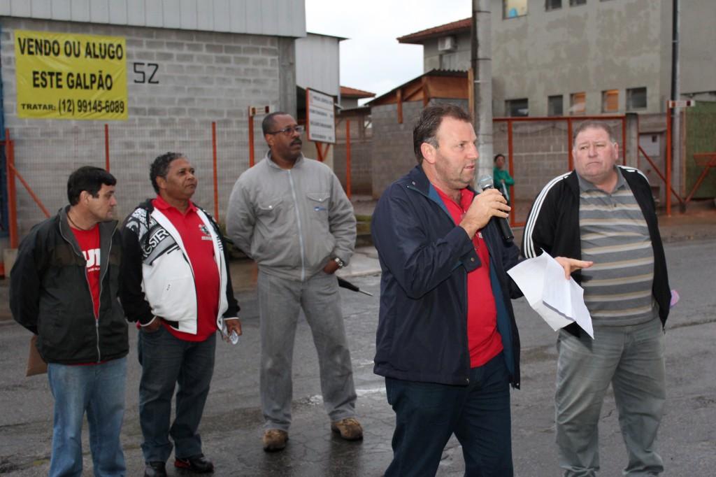 Ao microfone, o vice-presidente do sindicato, Romeu Martins, que tem participado das negociações
