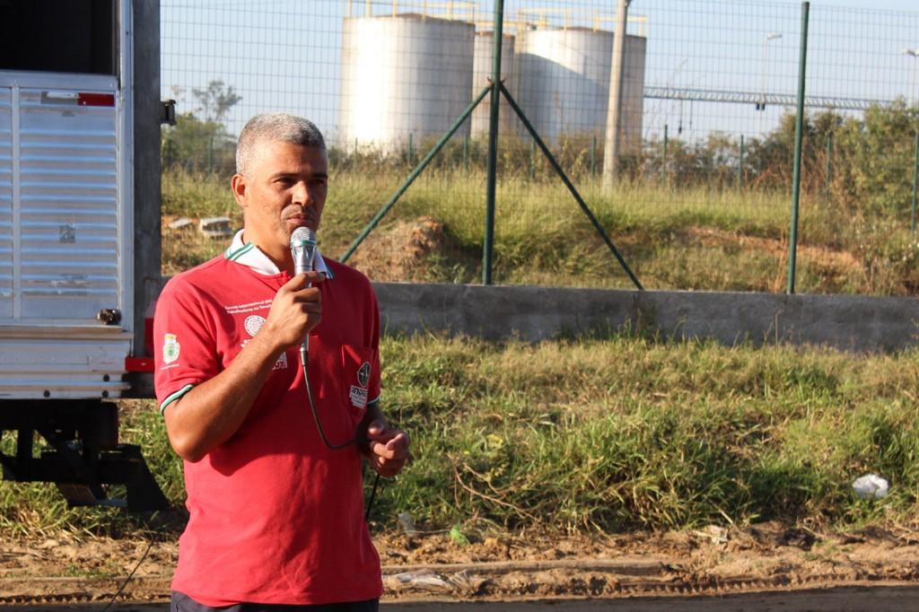 """O dirigente sindical Célio da Silva, """"Celinho"""", em frente à Oversound (Arquivo imprensa Sindmetalpinda)"""
