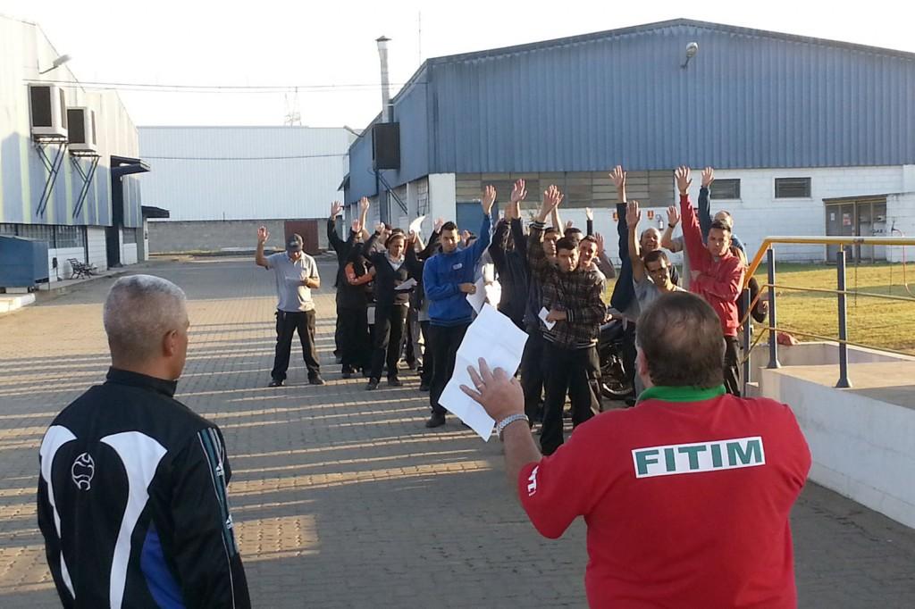 Comunicado de greve foi praticamente unânime em decidir pela reprovação da proposta e entrega do comunicado de greve (Crédito foto: Julio Henrique)