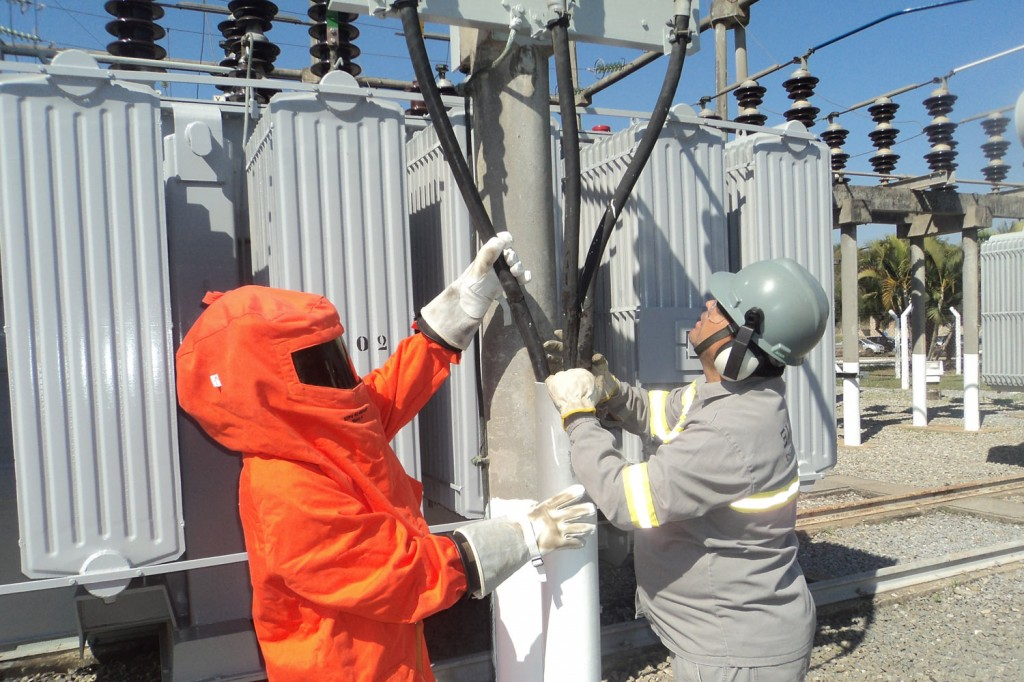 Trabalhadores acertam detalhes da energia da fábrica (Crédito Odirley Pereira)