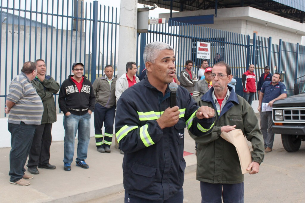 Ao microfone, o dirigente sindical Célio da Silva - Celinho, junto à direção do sindicato