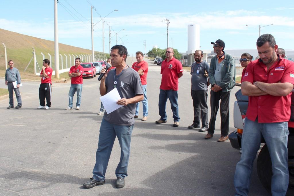 "Ao microfone, o dirigente sindical na Bundy José Ivanez - ""Gato"""