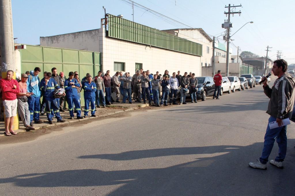 O dirigente sindical Carlão conversa com trabalhadores, durante protesto que paralisou a produção por uma hora nessa terça-feira
