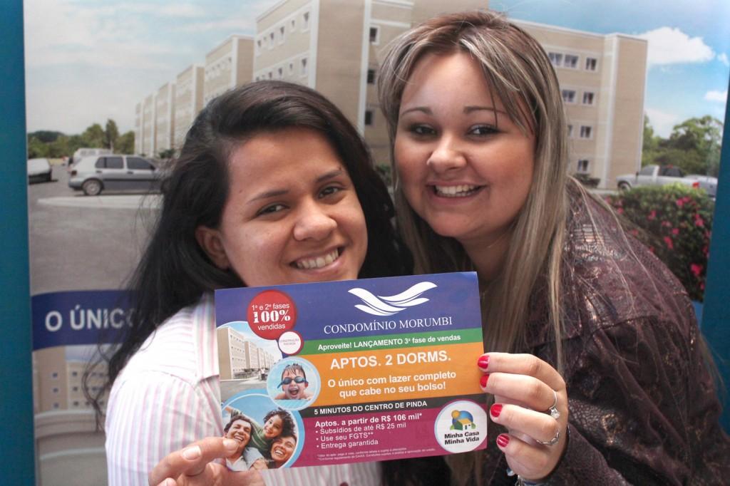 As corretoras Taise e Sheila, na sede do sindicato, mostram informativo do Condomínio Morumbi, com condições especiais para sócios