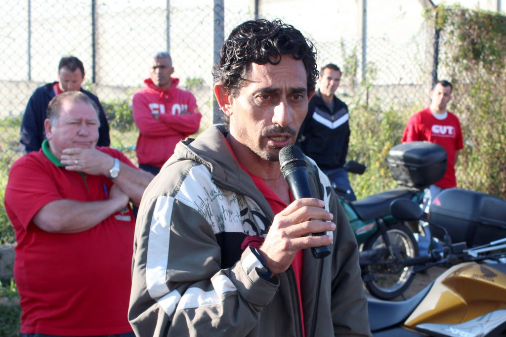 Ao microfone, o dirigente sindical na Tecn-Serv Carlos Cabral, o Carlão