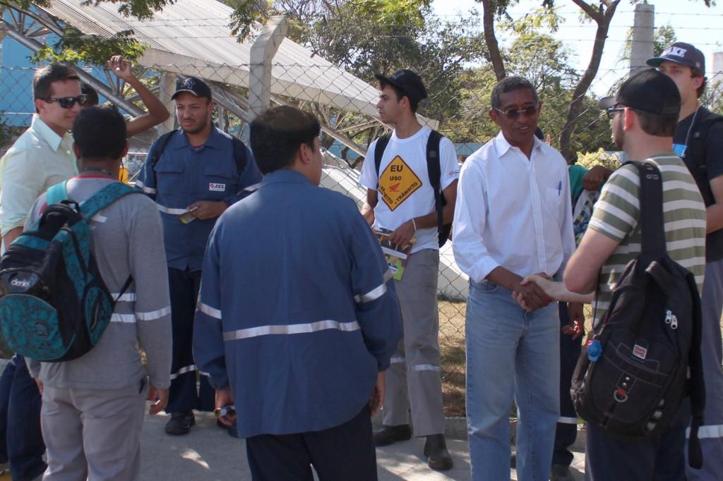 Vicentinho em conversa com trabalhadores na portaria da Novelis