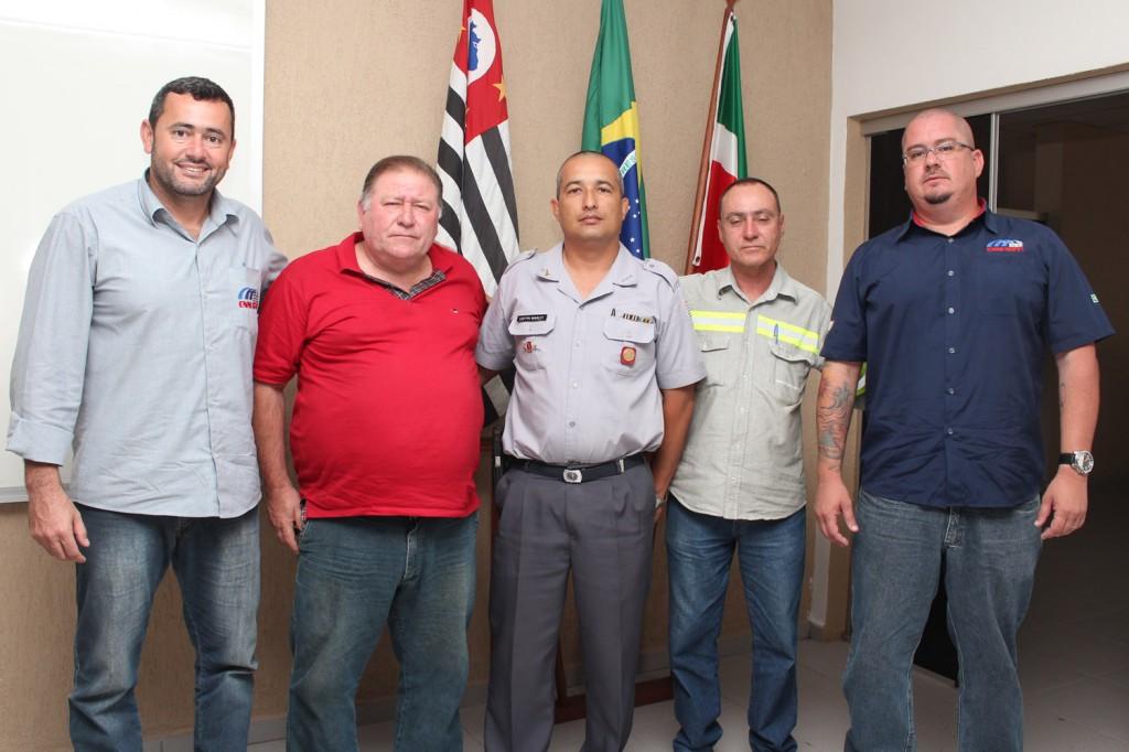 Vela, Mamão, o capitão Warley, Ernesto e Perneta, na sede da 2ª Cia. da Polícia Militar de Pinda, no bairro Santa Luzia