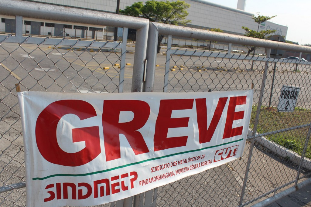 Estacionamento da Confab Moreira vazio com greve deflagrada pela categoria