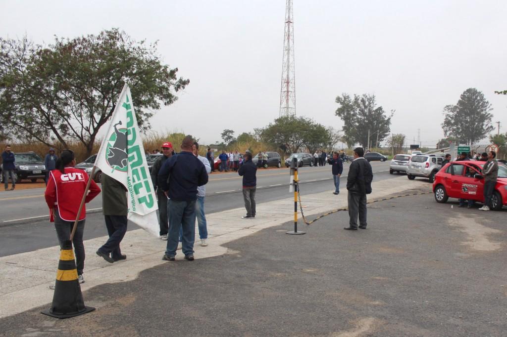 Após trabalhadores da produção voltarem para suas casas, sindicato conversa com setor administrativo, que também foi embora