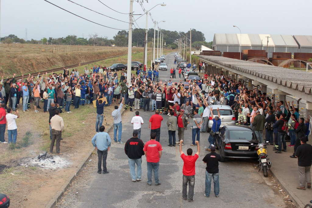 Trabalhadores reprovam proposta da empresa para pagamento do abono salarial; greve chegou ao quarto dia nessa sexta