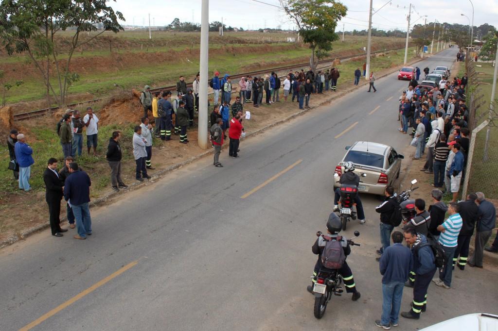 A pedido da Justiça, sindicato está mantendo uma distância de 50 metros da portaria nesta terça; os trabalhadores que vieram pra fábrica desceram dos ônibus, ouviram a explicação do sindicato e foram embora para aguardar o resultado da nova audiência