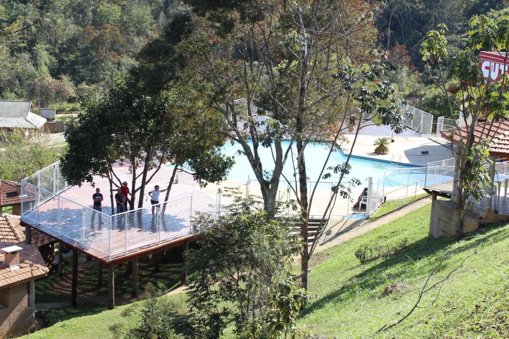 Ampliação do deck aumentou espaço e criou uma sombra natural perto da piscina
