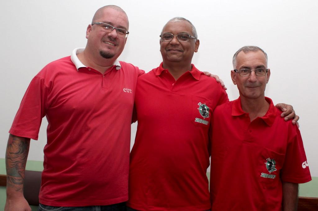 """Perneta junto aos companheiros José Carlos da Cruz, o """"Vô"""", e Ulisses Alves de Souza, o """"Lili"""", ambos do Acabamento da Pesada na Gerdau"""