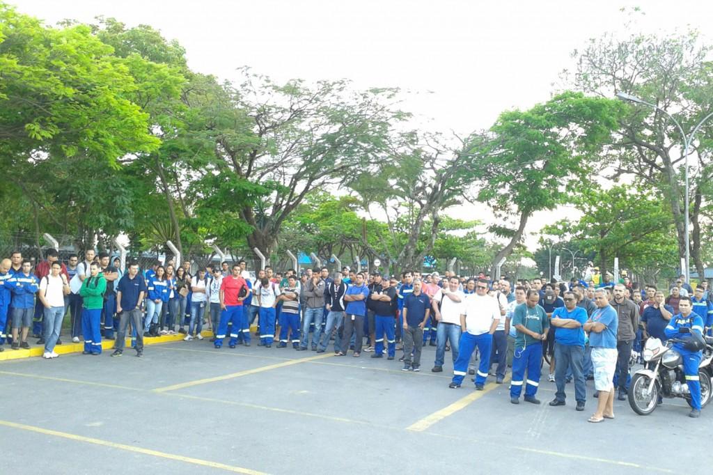 Trabalhadores paralisados antes da assembleia nesta quinta-feira, dia 2 (Crédito: Márcio Fernandes)