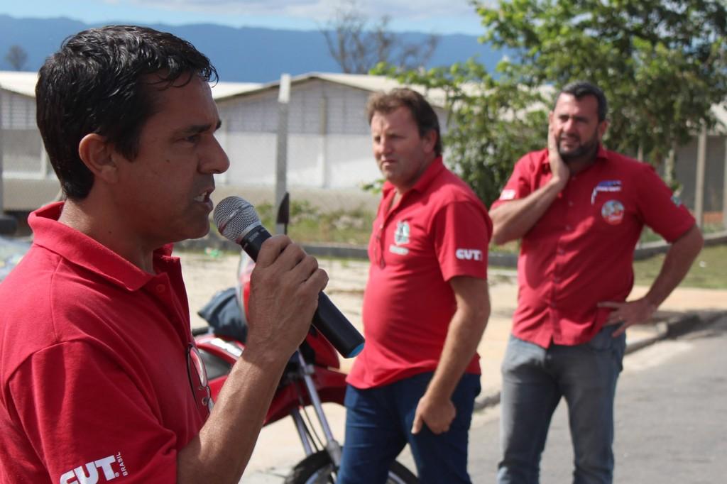 Ao microfone, José Ivanez - Gato; ao fundo Romeu e Vela, durante assembleia com a categoria