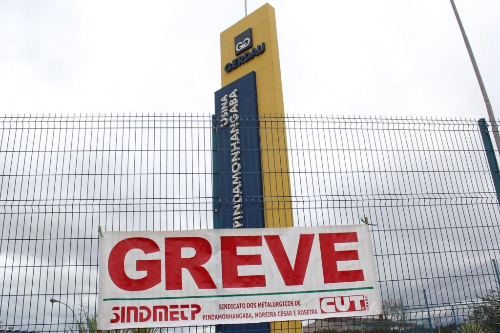 Assim como em setembro de 2011, neste 3 de outubro de 2014, a faixa de greve foi novamente estendida sobre a portaria da Gerdau, por intransigência da direção da unidade de Pinda