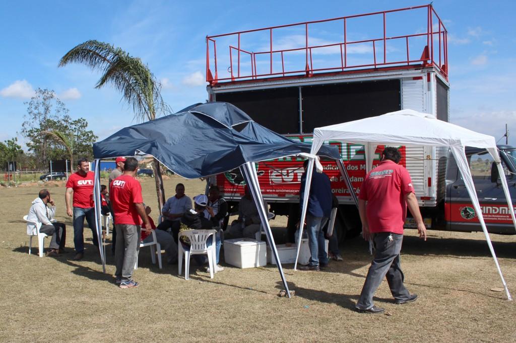 Desde sexta-feira, direção mantém acampamento 24 horas pelas várias portarias da fábrica; mesmo no domingo de eleição sindicalistas se revesaram para garantir sucesso do movimento