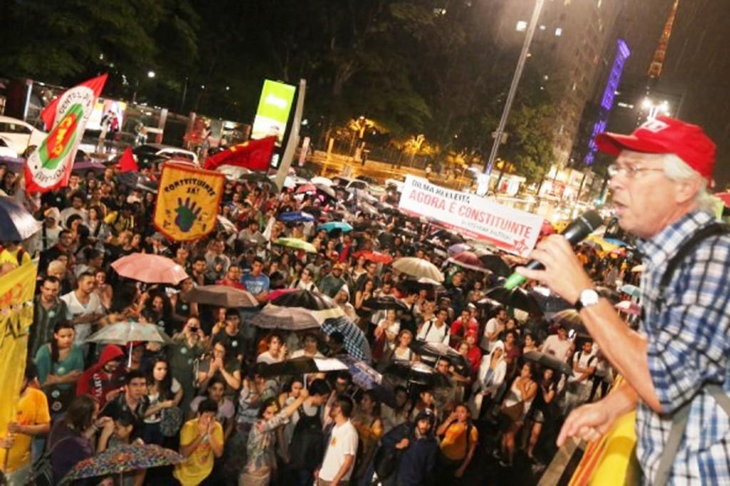 Militantes enfrentaram e chuva e ocuparam a Paulista para defender uma reforma política com o povo; no detalhe, Julio Turra (Crédito Roberto Parizotti)