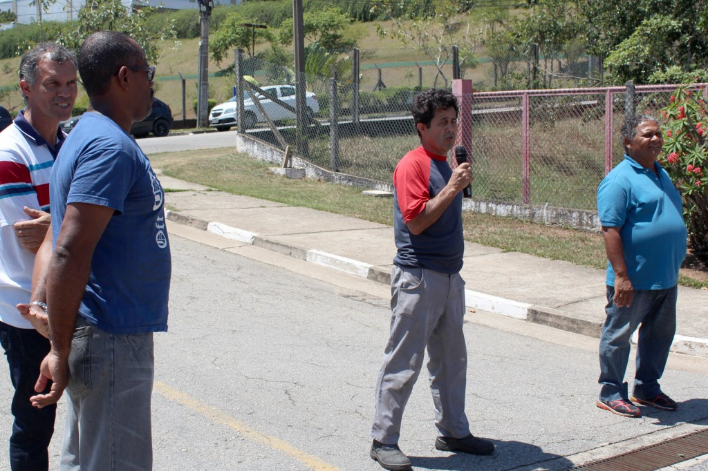 Ao microfone, o dirigente sindical de base Luiz Paiva