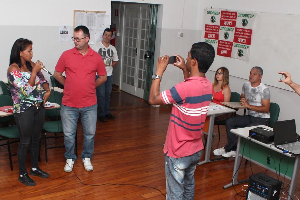Ao final, os participantes se dividiram e cada grupo simulou a apresentação de um telejornal