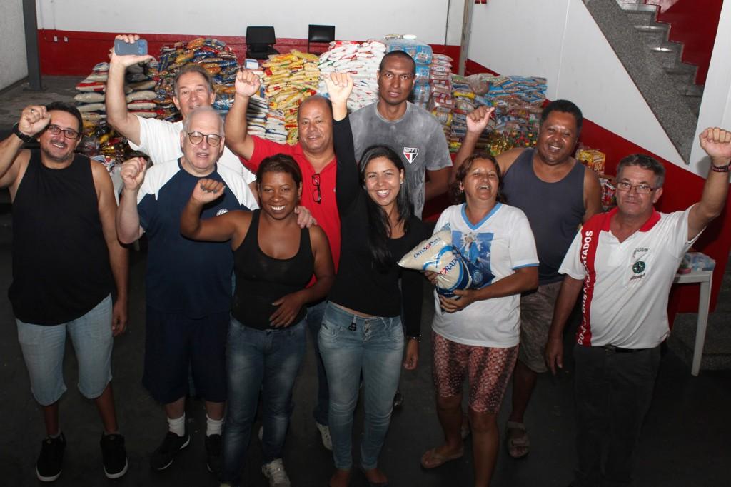 Voluntários do sindicato e das entidades Comunidade Nossa Senhora das Graças, Casa do Caminho e Lar de Velhos São Vicente de Paulo