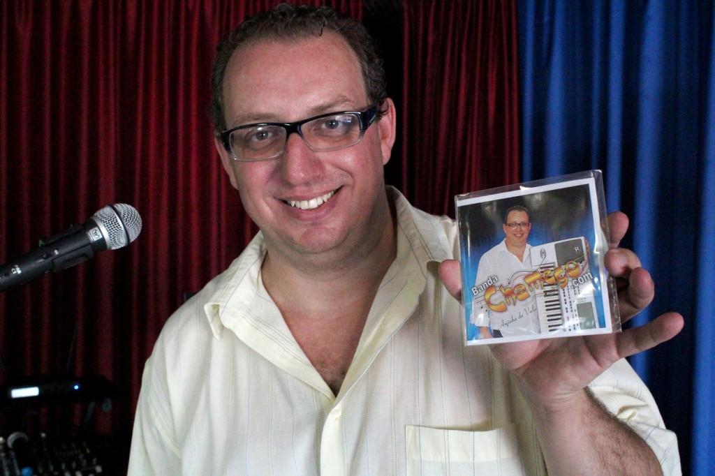 Anjinho do Vale, da banda Chamego.com, fez o povo pra dançar