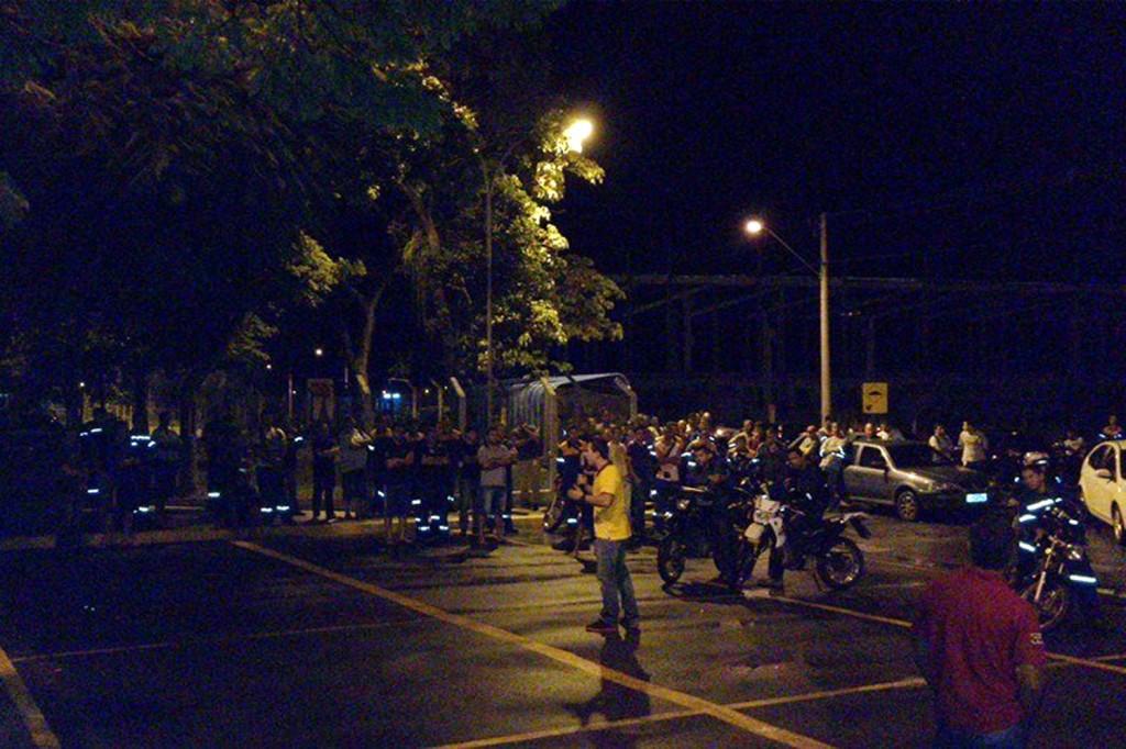Paralisação com os trabalhadores do turno da madrugada; ao microfone o dirigente sindical Sérgio da Silva (foto: Márcio Pimentel - Perneta)