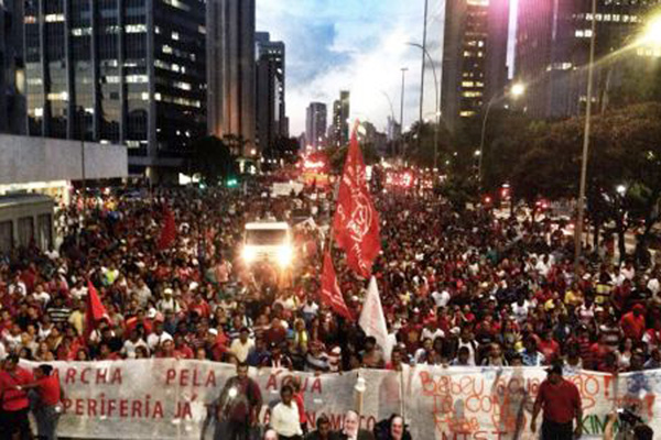 Manifestação seguiu, em um percurso de duas horas, do Largo da Batata, na zona oeste, até o Palácio dos Bandeirantes, na zona sul (Crédito: Mídia Ninja/contadagua.org)