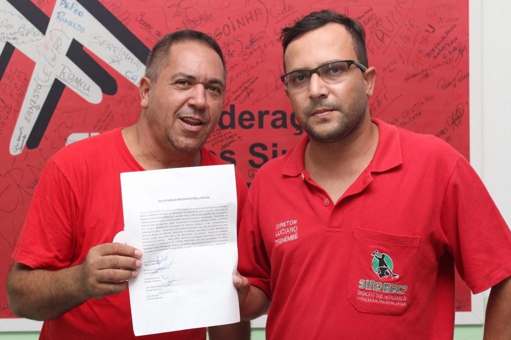 Os diretores João Flauzino e Luciano Tremembé mostram ata em que a eleição de Cipa foi cancelada e remarcada para dia 19