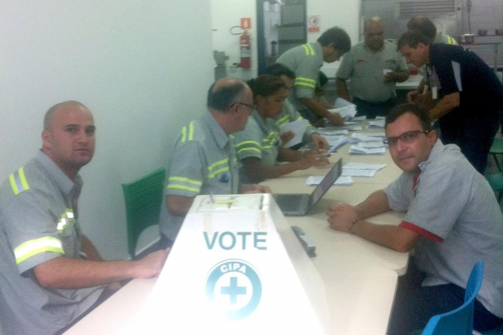 Direção de base do sindicato participou de todo o processo eleitoral; na foto, momento da apuração dos votos (Crédito Divulgação)