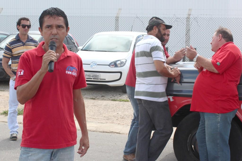 Ao microfone, o dirigente sindical José Ivanez - Gato