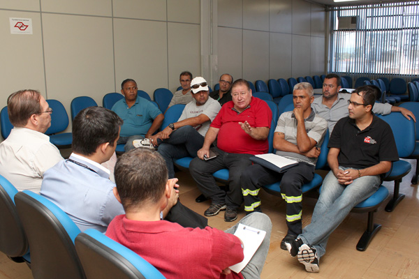 Direção do sindicato reunida com gerência do INSS em Taubaté; alguns metalúrgicos foram levados para exemplificar problemas