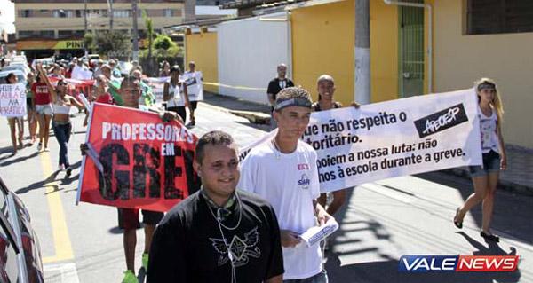 Passeata com professores e também alunos em apoio à greve pela Campanha Salarial (Crédito: Saulo Fernandes - ValeNews)