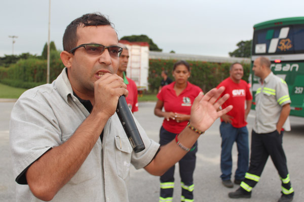 O dirigente sindical Luciano da Silva - Tremembé, junto a membros do comitê sindical de base