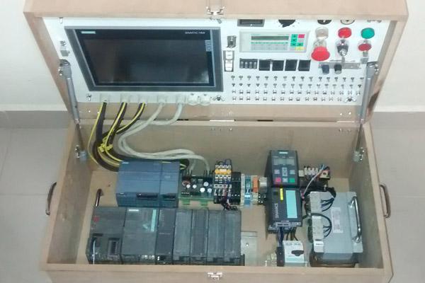 Equipamento exclusivo, desenvolvido pela Rengaw com aparelhos de ponta para ministrar os cursos de programação (foto: Divulgação)