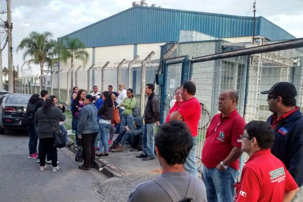 Trabalhadores de braços cruzados junto com o sindicato nessa segunda-feira (foto Benedito Irineu)