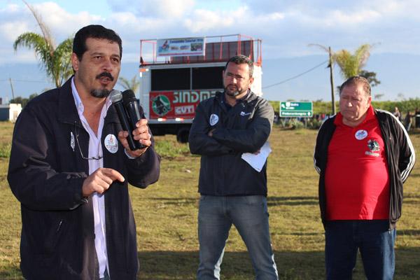 Ao microfone, o presidente da FEM-CUT/SP, Luiz Carlos – Luizão; ao fundo, dirigentes de Pinda, Herivelto Vela e Renato Mamão
