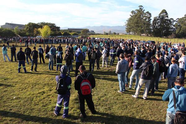 Mais de mil trabalhadores da Gerdau de braços cruzados por uma hora para dar início à Campanha Salarial 2015 no Vale do Paraíba