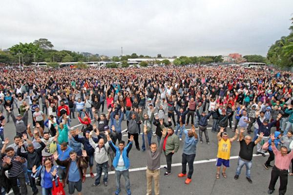 Em assembleia, trabalhadores na Mercedes decretaram estado de greve (foto Adonis Guerra)
