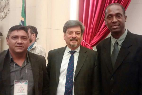 Ao centro, o juiz Roberto Pompa, presidente da Associação Latino Americana de Juízes do Trabalho, que fez a palestra de abertura, junto aos dirigentes Francisco Sampaio e Benedito Irineu (foto Divulgação)