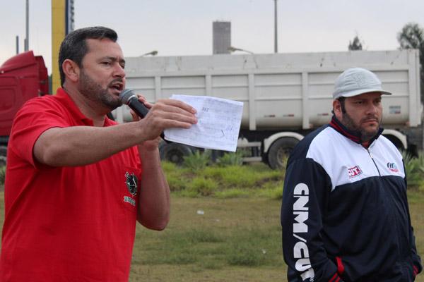 Ao microfone, o secretário geral Herivelto – Vela, junto ao dirigente sindical André Oliveira – Andrezão