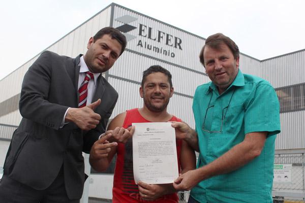 Ao centro, Anderson Lopes, com decisão judicial, junto ao advogado trabalhista Alison Montoani e o presidente interino Romeu Martins