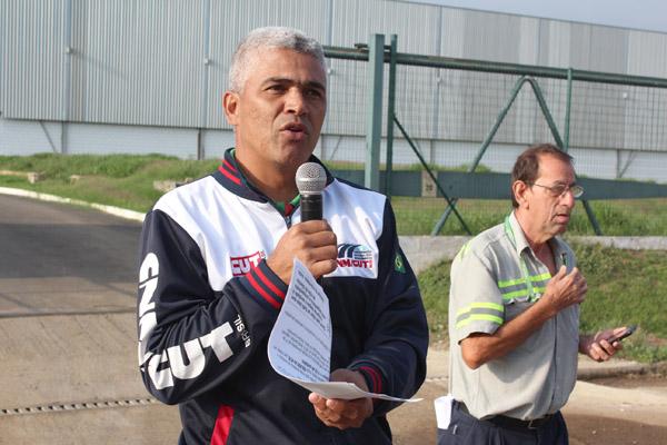 Ao microfone, Celinho, ao lado do dirigente Marçal - Torto
